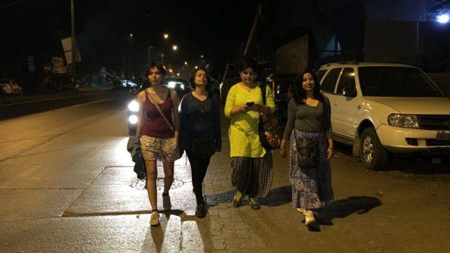 सड़क पर टहलतीं सेलीना जॉन, देवीना कपूर, अर्चना पटेल नंदी और नेहा सिंह