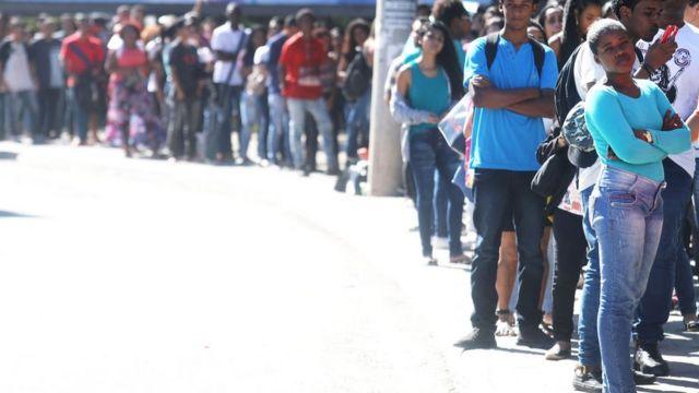 Personas buscando trabajo haciendo una fila en Sao Paulo.