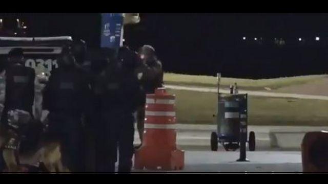 Reprodução do vídeo que mostra momento em que policial atira em colegas