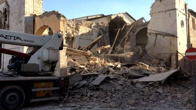 ट्विटर पर जारी की गई गिरी हुई इमारत की तस्वीर