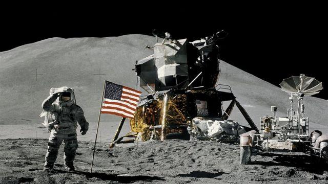 آمریکا تاکنون ۶ پرجم به کره ماه برده است- این یکی در سال ۱۹۷۱ نصب شد که جیمز ایروین در حال ادای احترام به آن است