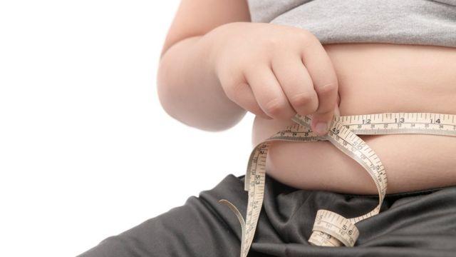 Persona midiendo su abdomen