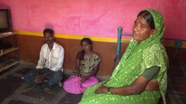 आत्महत्याग्रस्त शेतकऱ्याची कुटुंब