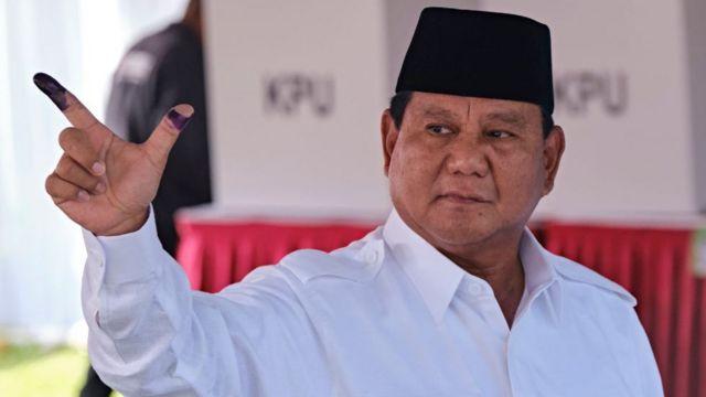 Devlet başkanlığına aday olan Prabowo Subianto Batı Cava'da poz veriyor.