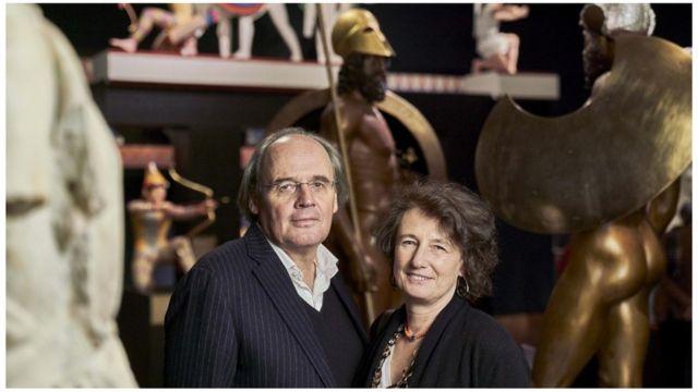 Vinzenz Brinkmann y su esposa Ulrike Koch Brinkmann, frente a estatuas clásicas reconstruidas