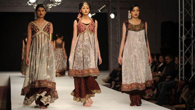 साल 2011 में इस्लामाबाद में आयोजित फ़ैशन वीक में कैप पर कैटवाक करतीं मॉडल.