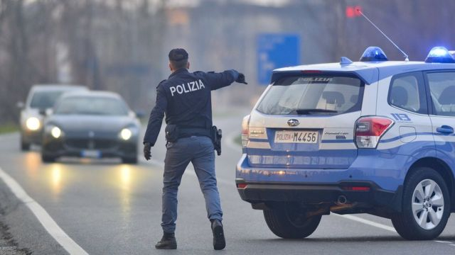 Полицейский на дороге в Италии