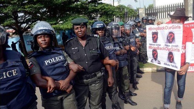 Des policières nigérianes lors d'une manifestation de soutien aux filles enlevées en 2014 par Boko Haram à Chibok.