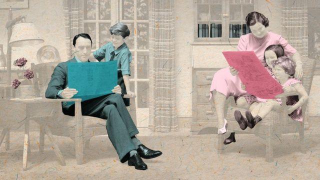 Bir baba oğluna, bir anne kızlarına gazete okur.