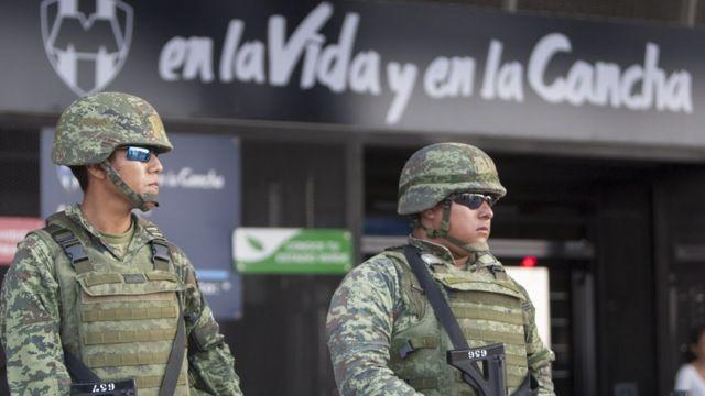 Soldados vigilan en las inmediaciones del estadio BBVA Bancomer