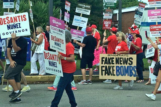 """Protesto cita """"fake bombs"""" nos EUA"""