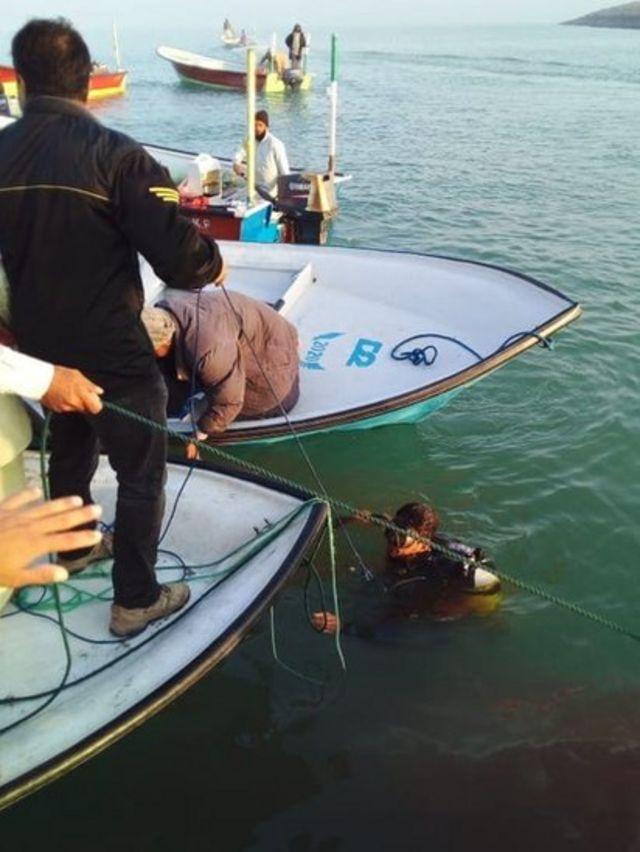 در عکسهایی که به دست بی بی سی فارسی رسیده، تصویرهایی از عملیات امداد و نجات مربوط به حادثه قایق گشت منتشر شده و در آن دو جسد نیز از آب گرفته شده است