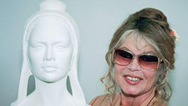 Brigitte Bardot con un busto de Marianne de 1993