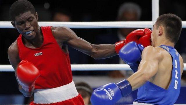 Yurberjen Martínez y Hasanboy Dusmatov en plena pelea.