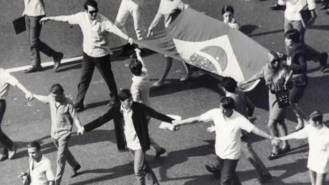 Uma das manifestações estudantis ocorridas em 1968, contra as quais representantes da linha dura no regime militar pressionavam o presidente Costa e Silva a decretar um novo ato institucional para liberar instrumentos repressivos; o resultado foi o AI-5
