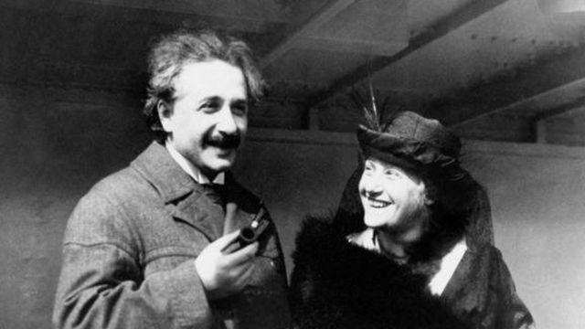 Einstein fumando