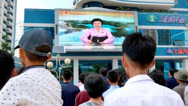平壤民眾在街頭大電視屏幕前收看核試驗成功消息(3/9/2017)