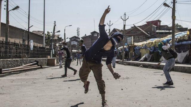 काश्मीरमध्ये दगडफेक करणारे तरुण