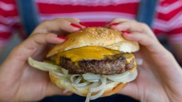 Una hamburguesa con queso