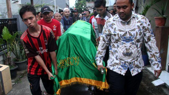 Warga mengangkat jenazah Sudirdjo, seorang petugas KPPS yang meninggal dunia usai mendapatkan perawatan di rumah sakit untuk dimakamkan di Bekasi, Jawa Barat.