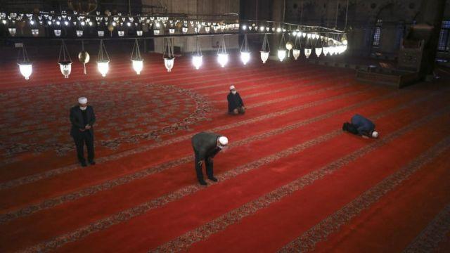 صلاة العيد في مسجد سليمان القانوني في اسطنبول
