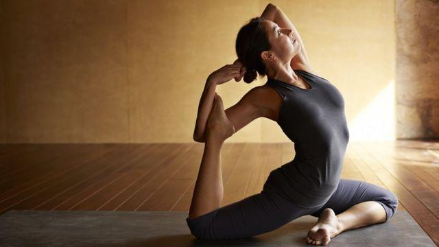Yoga bir dizi fiziksel, zihinsel ve ruhani pratiklerden oluşuyor