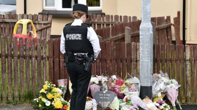 lugar del asesinato con flores