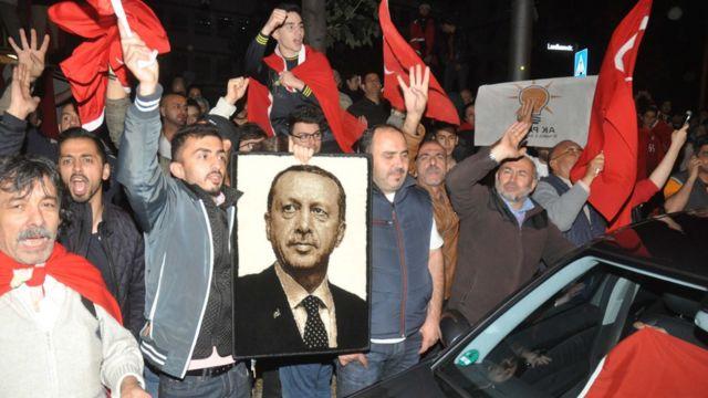 Сторонники Эрдогана на акции в поддержку турецкого президента