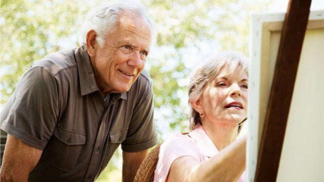 Hombre y mujer pintando al aire libre