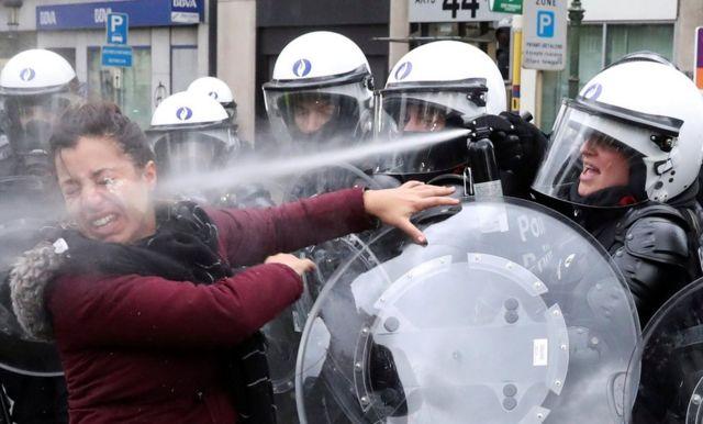 一名女性被一名防暴警察噴灑催淚瓦斯。