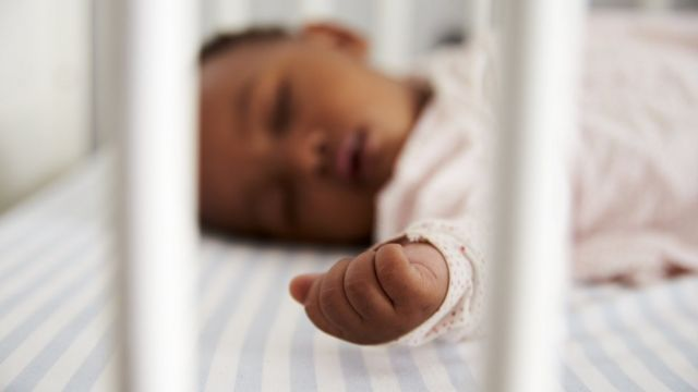 Criança dormindo no berço