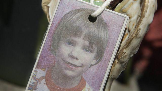 Foto de Etan amarrada em um anjo