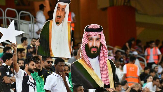لافتات عليها صورة الملك سلمان وولي العهد أثناء مباراة لكرة القدم في يناير/كانون الثاني 2019
