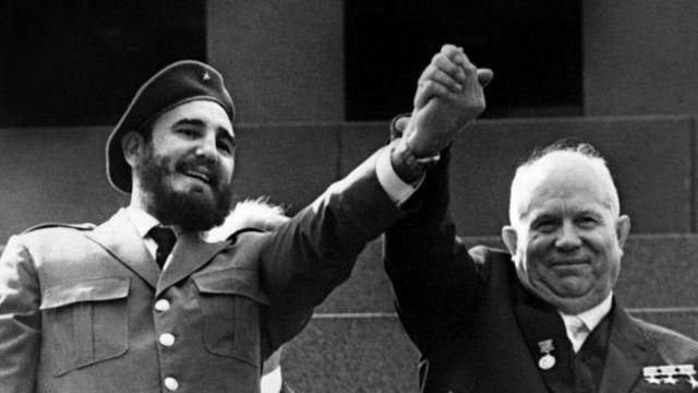 फिदेल कास्त्रो मॉस्को में सोवियत नेता निकिता ख्रुश्चेव के साथ