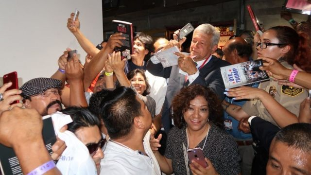 López Obrador firma libros