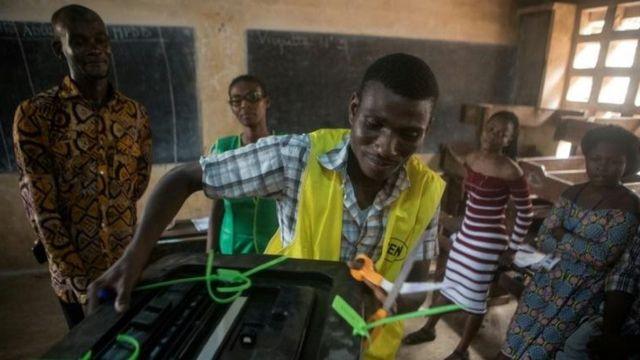 Début décompte des voix dans un bureau de vote à Lomé