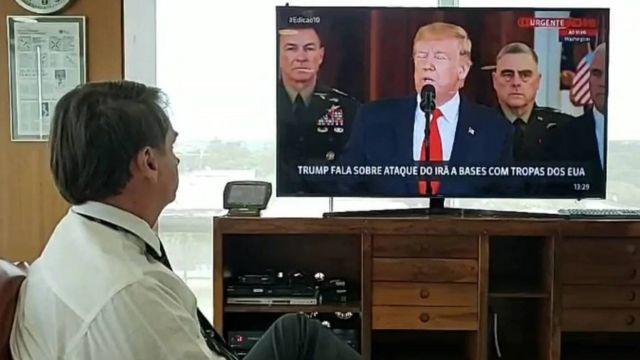 Bolsonaro faz live no facebook enquanto assiste a pronunciamento de Trump