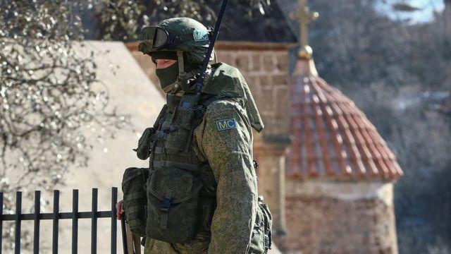 Şəkil. Rusiya sülhməramlıları Dadivank monastırının yanında