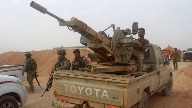 Iraqi forces 'attack last IS bastion on Syria border'