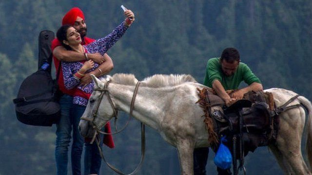 tourists returning to Kashmir