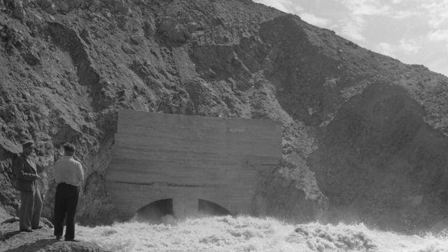 Выход пробитого в скале водопускного тоннеля на строительстве высокогорного водохранилища