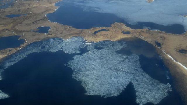 A vista da área mostra as rotas marítimas e terrestres do Ártico