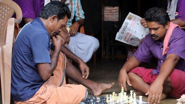 Dos personas jugando ajedrez en el pueblo indio