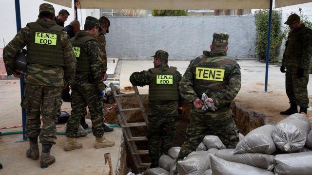 الجيش اليوناني يحضر لتفكيك ونقل القنبلة بعد إجلاء سكان المنطقة