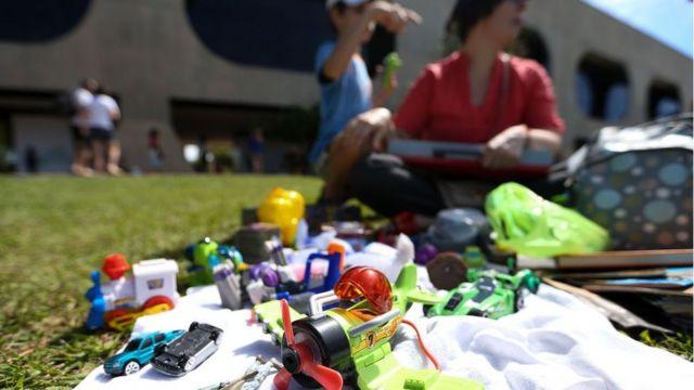 Brinquedas em primeiro plano, com crianças ao fundo, no Dia Mundial do Brincar, em Brasília em 2017