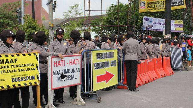 Sejumlah Polwan berjilbab memblokade jalanan yang melintas ke arah kediaman keluarga presiden Joko Widodo.