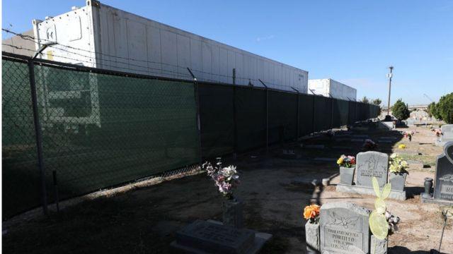 O cemitério próximo ao escritório do Coroner de El Paso, onde estão instalados necrotérios móveis