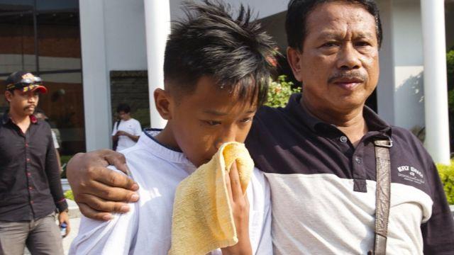 Keluarga korban menanti berita terkait pencarian di Jakarta.