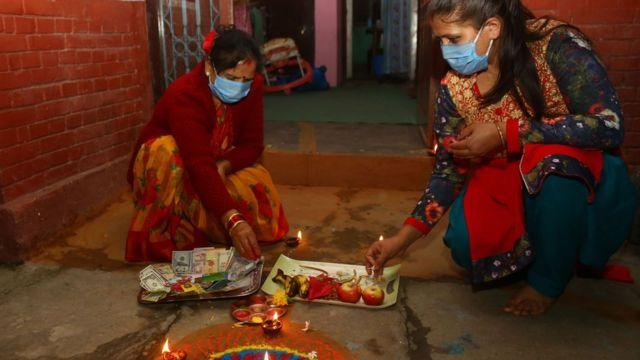हिन्दु नेपालीहरूको दोस्रो ठूलो पर्व तिहारको अवसरमा काठमाण्डूको बानेश्वरमा शनिवार लक्ष्मी पूजा गर्दै ।