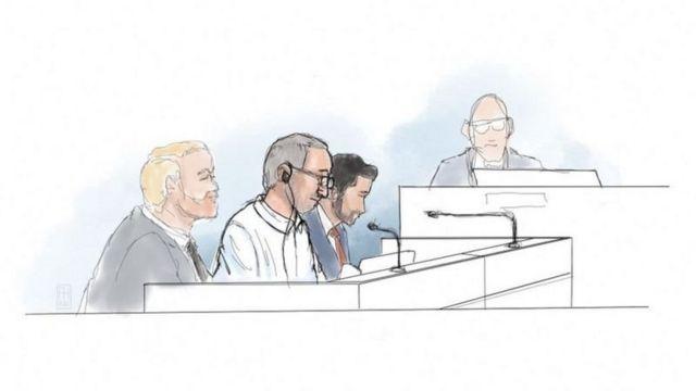 طرحی از دادگاه حمید نوری که با گوشی سخنان مترجم دادگاه را می شنود